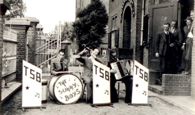 """De band """"The Sunny Boys"""" zit voor het patronaat  Foto: Heemkundekring Son en Breugel © DeMooiSonenBreugelKrant"""