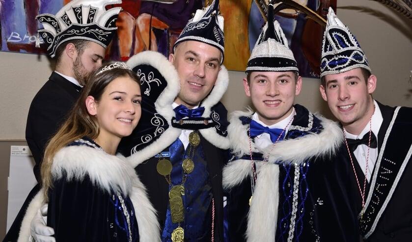 Prins Jarno met Jeugdprins Calvin, Jeugdprinses Rachelle en Jeugd Adjudant Jaimy (r)   | Fotonummer: 96b43b