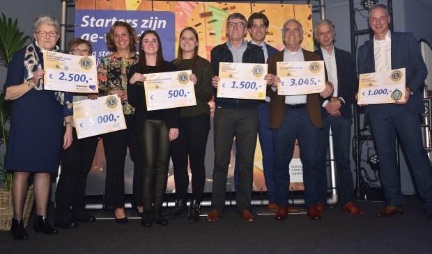 Goede doelen ontvangen een cheque tijdens de ondernemersverkiezing van het jaar    Fotonummer: 9ff943
