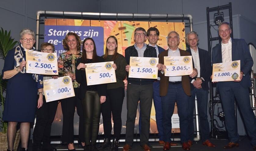 Goede doelen ontvangen een cheque tijdens de ondernemersverkiezing van het jaar   | Fotonummer: 9ff943