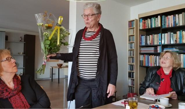 Annel word in de bloemetjes gezet bij haar afscheid   | Fotonummer: a9684d