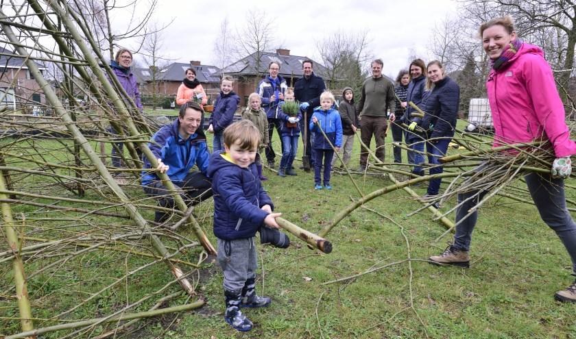 Jong en oud helpen bij Buurtvereniging 't Zand   | Fotonummer: a37577