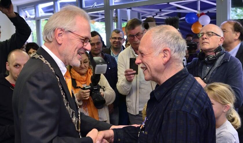 Hans Coolen rechts krijgt de felicitaties van burgemeester Hans Gaillard   | Fotonummer: 1db7a4