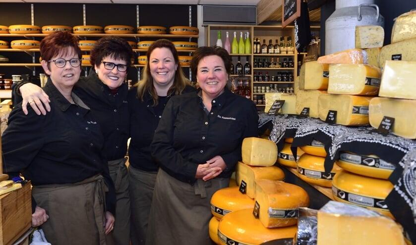 V.l.n.r. Yvonne, Ria, Judy en Wendy in De Kaaswinkel   | Fotonummer: 23a098