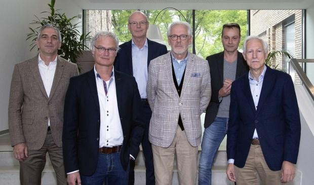 Jos de Bruin (DorpsVISIE), John Frenken (DorpsVISIE), gemeentesecretaris Rien Schalkx, burgemeester Hans Gaillard, Paul van Liempd (PvdA/GroenLinks) en Jan Boersma (CDA)   | Fotonummer: bf4c90