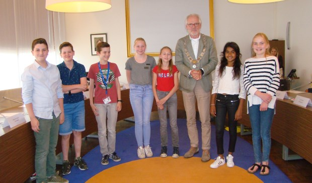 De leden die de jeugdgemeenteraad gaan verlaten samen met voorzitter burgemeester Hans Gaillard   | Fotonummer: 4edc9e