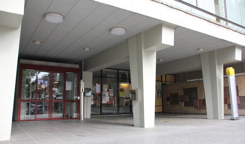 Asbak bij het gemeentehuis   | Fotonummer: 3958a6