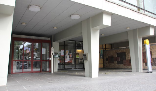 Asbak bij het gemeentehuis Foto: Rianne van der Heijden © DeMooiSonenBreugelKrant