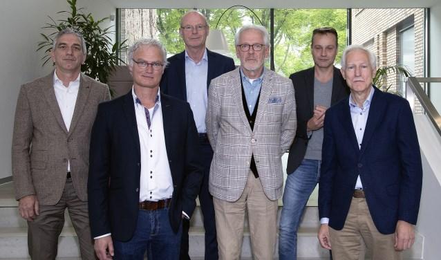 Jos de Bruin (DorpsVISIE), John Frenken (DorpsVISIE), gemeentesecretaris Rien Schalkx, burgemeester Hans Gaillard, Paul van Liempd (PvdA/GroenLinks) en Jan Boersma (CDA)     Fotonummer: cef2c0