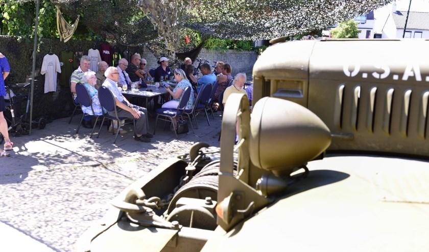 De veteranen op de 'legerbinnenplaats' bij het Vestzaktheater   | Fotonummer: 249b96