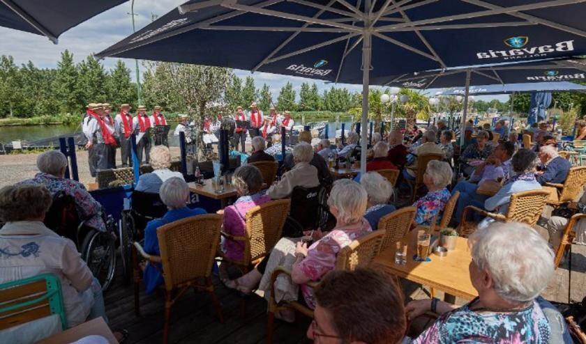 Liedertafel de Gravelsingers uit Breugel komen per boot aan en zingen uit volle borst   | Fotonummer: c51294