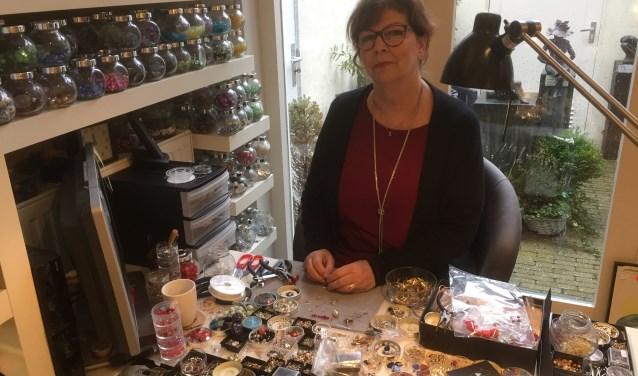 Liesbeth Stroes op haar vast plek achter in de winkel, vanaf 24 februari verkoopt zij haar kunst via haar website www.kunstig.eu. Foto: Vsk