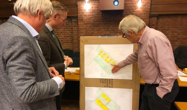 Stan Dessens legt wethouders Mol en Cramwinckel uit waarom het plan van de 13 milieuorganisaties beter is. Foto: VSK