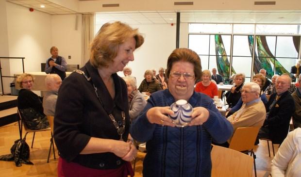 José Klaassesz ontving uit handen van burgemeester Bouvy-Koene de Parel van Voorschoten. Foto: VSK