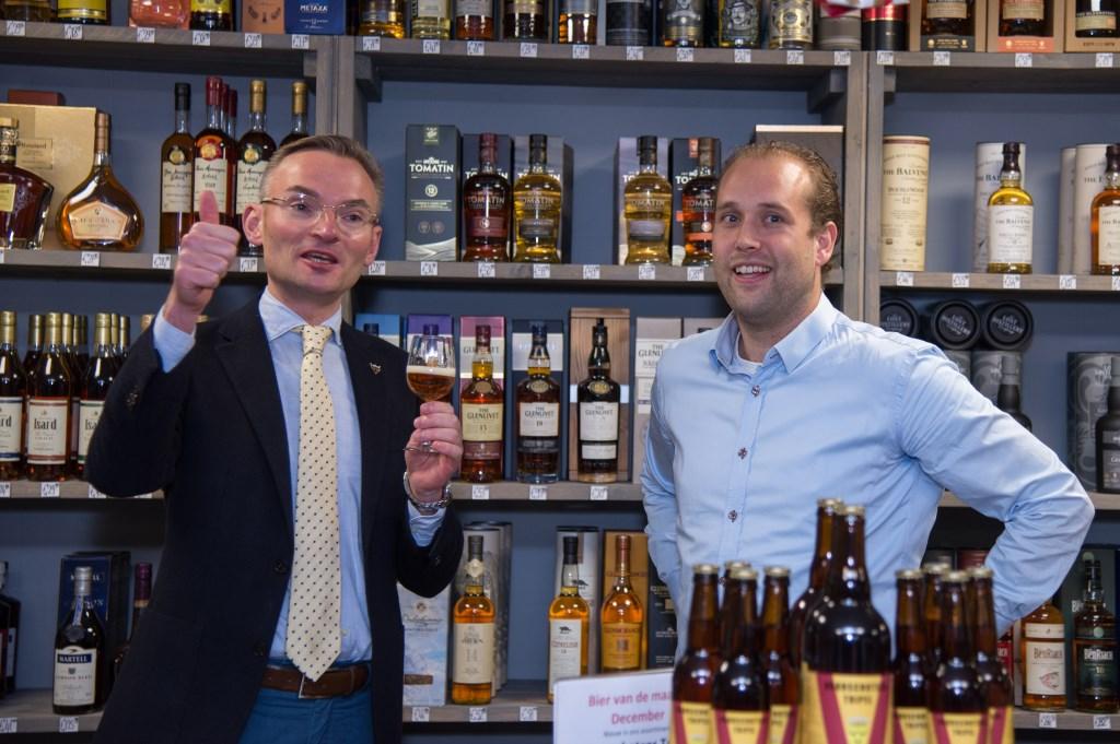 Het Voorschotens biertje van Sander Rooijkers (r) smaakt goed, vindt wethouder Mol. Foto's: Nelleke de Vries