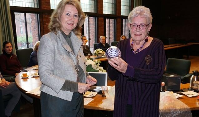 Op 3 december 2018 ontving Aeltsje Sierksma de Parel van Voorschoten uit handen van burgemeester Pauline Bouy-Koene Foto:vsk