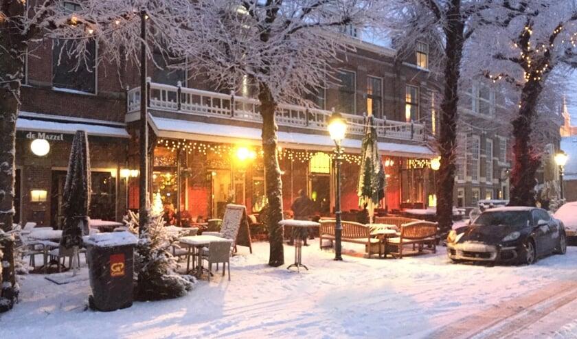 Het ziet er niet naar uit dat het de komende tijd gaat sneeuwen maar het Voorschotense centrum is komend weekend al wel in Kerstsfeer. Foto: VSK
