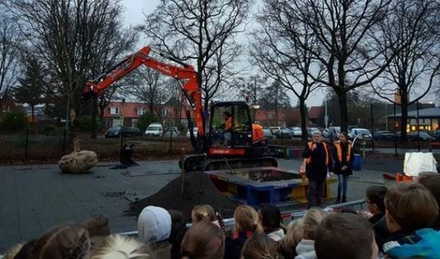 De kinderen van de Gevers kozen massaal voor een Oosterse plataan voor het schoolplein. Vanmorgen werd de boom geplaatst. Foto: gemeente Voorschoten