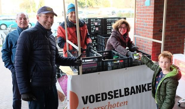 Klanten van Albert Heijn gaven gul voor de voedselbank. Een actie van de Rotary. Foto: Paul van Wezenberg