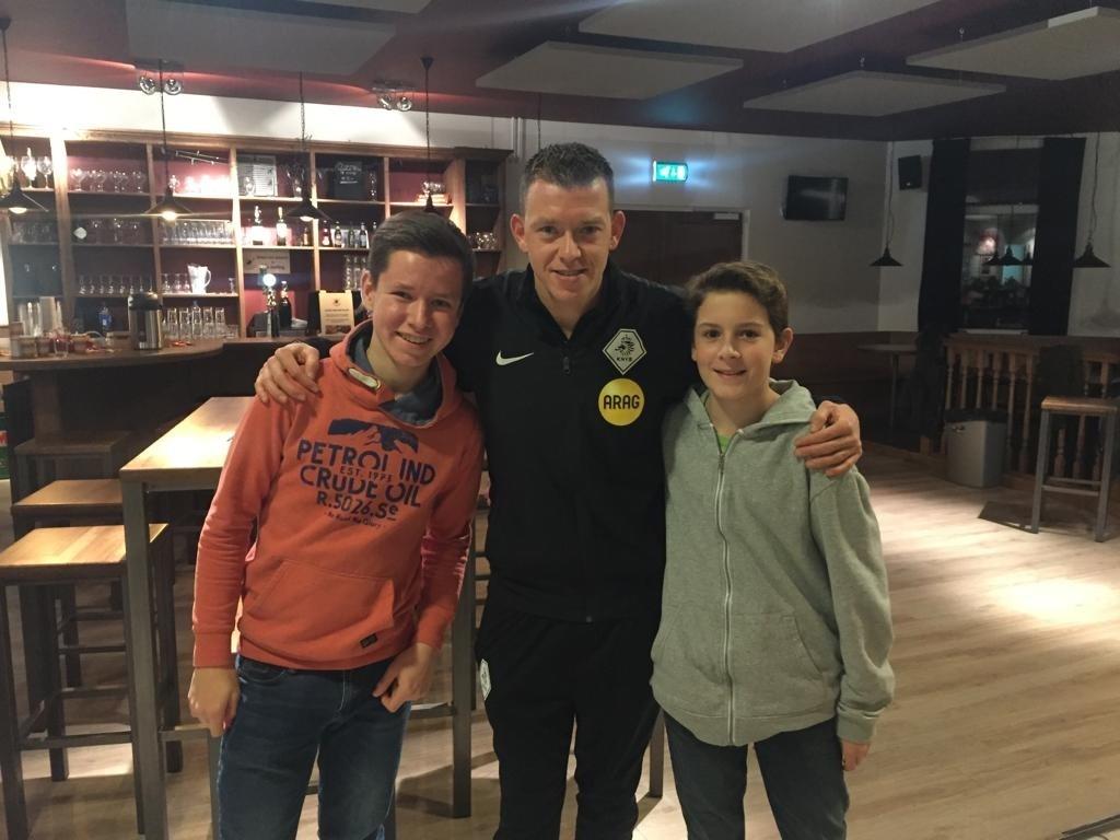 Drie nieuwe scheidsrechters bij Voorschoten'97 waaronder Robin en Maurice, de jongste scheidsrechters bij de club. Foto: Voorschoten'97