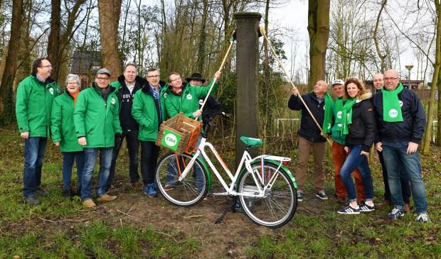"""Onderschrift foto: """" Lijsttrekkers CDA Wassenaar en CDA Voorschoten maken historische grenspaal Wassenaar en Voorschoten schoon"""" Fotograaf: Wilma Zoetemelk"""
