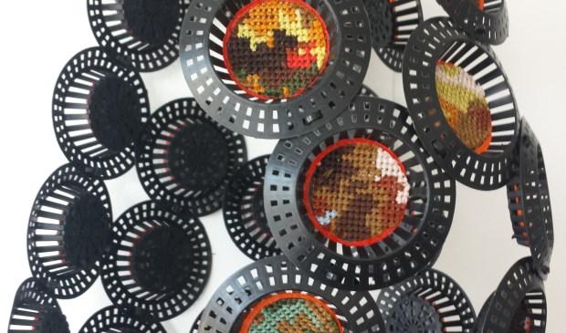 'Bloom' van Miriam Ooms, één van de verrassende kunstwerken, die u in maart kunt komen bekijken tijdens de expositie 'Meer dan textiel' van de Voorschotense Kunstkring op de zolders van het Ambachts- en Baljuwhuis. Foto: PR  © VSK