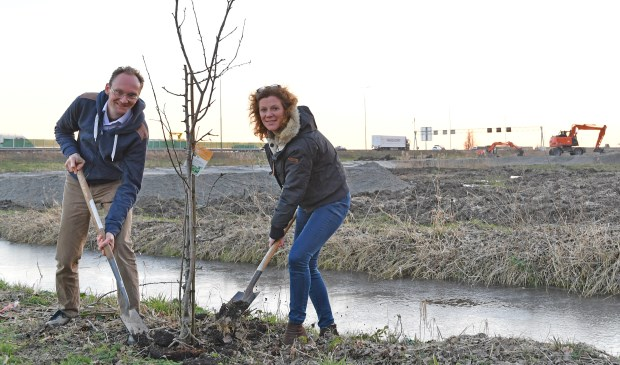 Sjoerd van den Dool (VVD) en Esmée van Herk (CDA) willen dat de provincie het beloofde geluidsscherm en herbeplanting nu snel realiseert. Foto: PR