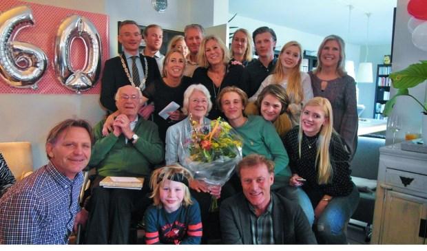 Loco burgemeester Nanning Mol, te midden van de familie Zuiker op het diamanten huwelijksfeest van het echtpaar Zuiker.
