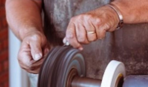 Het eerstvolgende repaircafé op 31 maart staat in het teken van messen en scharen slijpen. Foto: Repaircafé