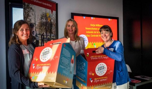 Katja Willems van Voorschoten voor Elkaar (links) en Jolande de la Rambelje van Vrijwilligers Centrale Wassenaar (rechts) met Marjet van Os. Valerie Kuypers Fotografie
