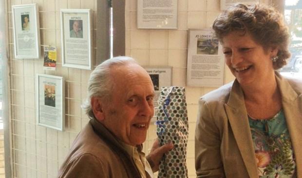 Tijdens een bezoek aan het museum werden deze felicitaties door de bestuursleden Arita Jol en Jan Hein la Rivière voorzien van een kleine attentie. Foto: Museum