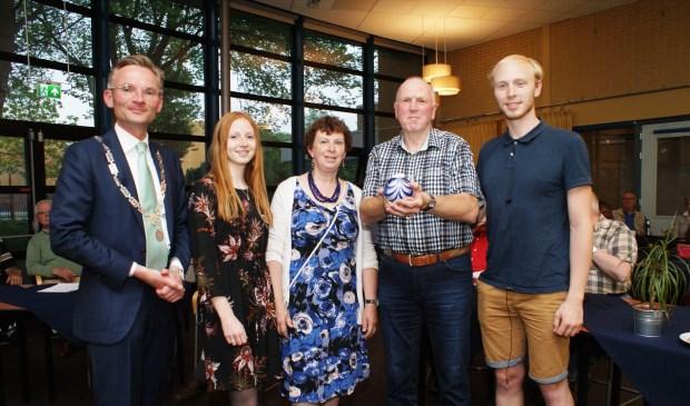 Frans Bakker met zijn vrouw Leny, dochter Laura, zoon Frans en loco-burgemeester Nanning Mol. Foto: VSK