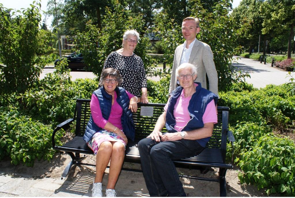 Anke en Jaap Swager op het door hen gesponsorde bankje. Daarachter wethouders Lamers en Mol. Foto: VSK