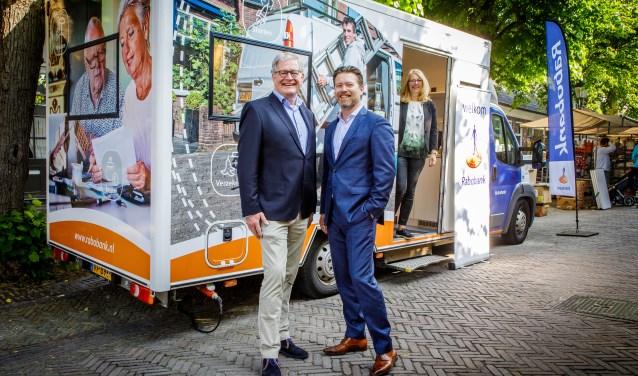 Vlnr: Rob Joosten, rayondirecteur, Harry Wientjens, directeur Particulieren en Private Banking en Ingrid Verhoek, adviseur bankzaken.