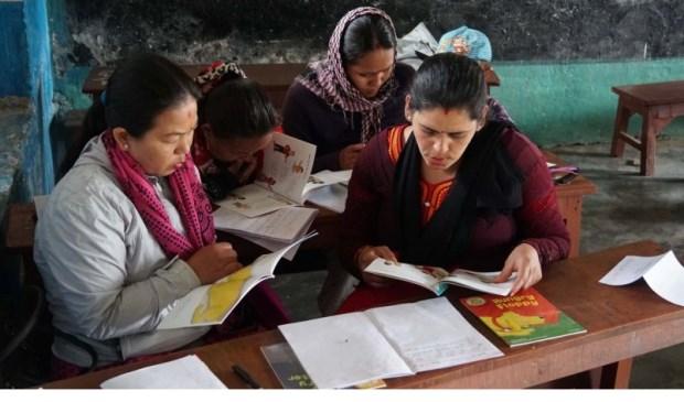 De Nepalese leerkrachten genieten van de Engelstalige boeken. Engels is de voertaal in het bedrijfsleven en op kostscholen, maar op het platte land lopen de scholen achter. Foto: pr