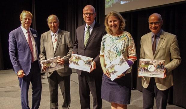 De (plv)voorzitters van de gemeenteraden hebben het rapport 'De burger neemt het initiatief' ontvangen van de voorzitter van de Rekenkamercommissie. Vlnr Dolf Kamermans (Rekenkamercommissie), Jan van Noort (Wassenaar), Klaas Tigelaar (Leidschendam-Voorburg), Pauline Bouvy-Koene (Voorschoten) en Emile Jaensch (Oegstgeest)