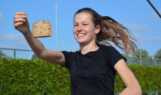 Een training met een knipoog: Roos van Elk laat zien dat je harder gaat lopen door het eten van Fornax sportbrood.