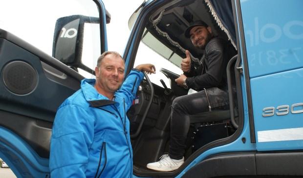 Norbert van Alphen van Duivenvoorde Transport geeft Majid instructie. Laatstgenoemde wil graag vrachtwagenchauffeur worden. Foto: VSK