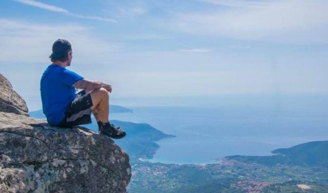 Voorschotenaar Justin Wevers is op zijn fietstocht door Europa tijdelijk gestrand op het prachtige eiland Elba. Foto: PR