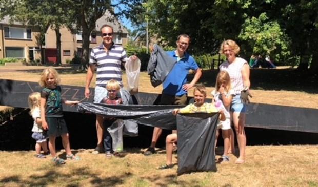 Sanne Westerman (links op de foto) nam het initiatief voor Heel Boschgeest schoon!