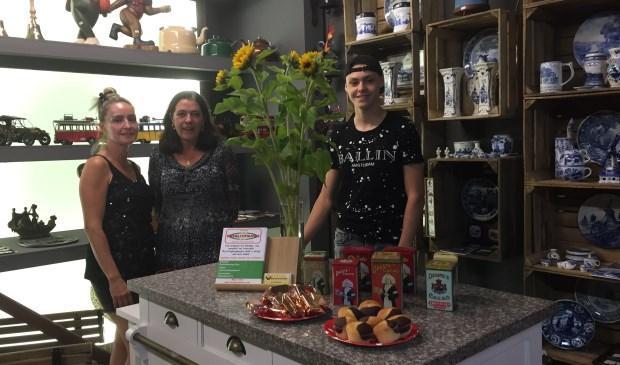 vlnr Grada Kersten, Julian Veenstra en Bianka van der Dennen, in de nieuwe Vintagewinkel in de Schoolstraat. foto: vsk