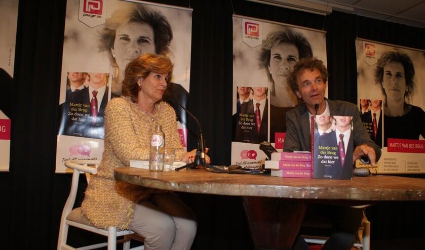 Martje van der Brug tijdens de presentatie van 'Zo doen we dat hier', bij boekhandel  Paagman. Foto: Vsk