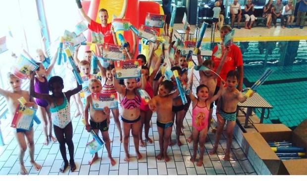 Afgelopen vrijdag behaalden deze 25 kids hunA-,B- ofC-diploma inZwembad Het Wedde. Foto: PR
