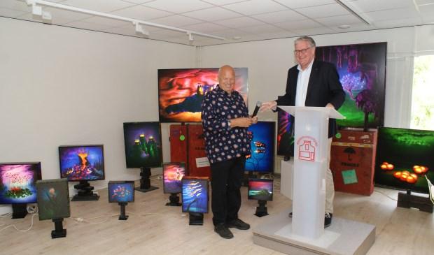Rob Joosten (r) van de Rabobank opende zaterdag de expositie 'In het licht van Venus' van kunstenaar en oud-Voorschotenaar Jan van der Horn. Foto's: VSK