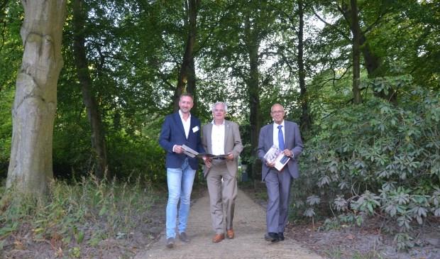 Vlnr Onderzoeker Korneel Aschman, wethouder Cramwinckel en wethouder Wassenaar op buitenplaats De Paauw. Foto: Gemeente Voorschoten