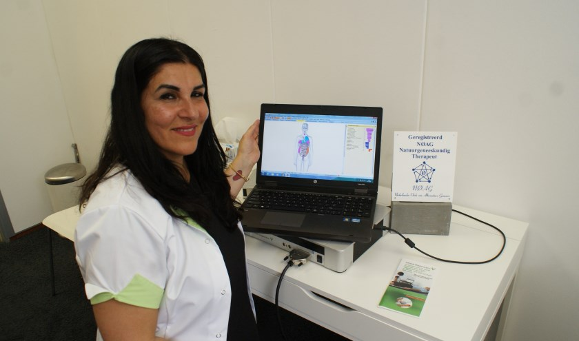 Zara demonstreert het resultaat van een bodyscanmeting op het beeldscherm van haar computer. Foto: Vsk