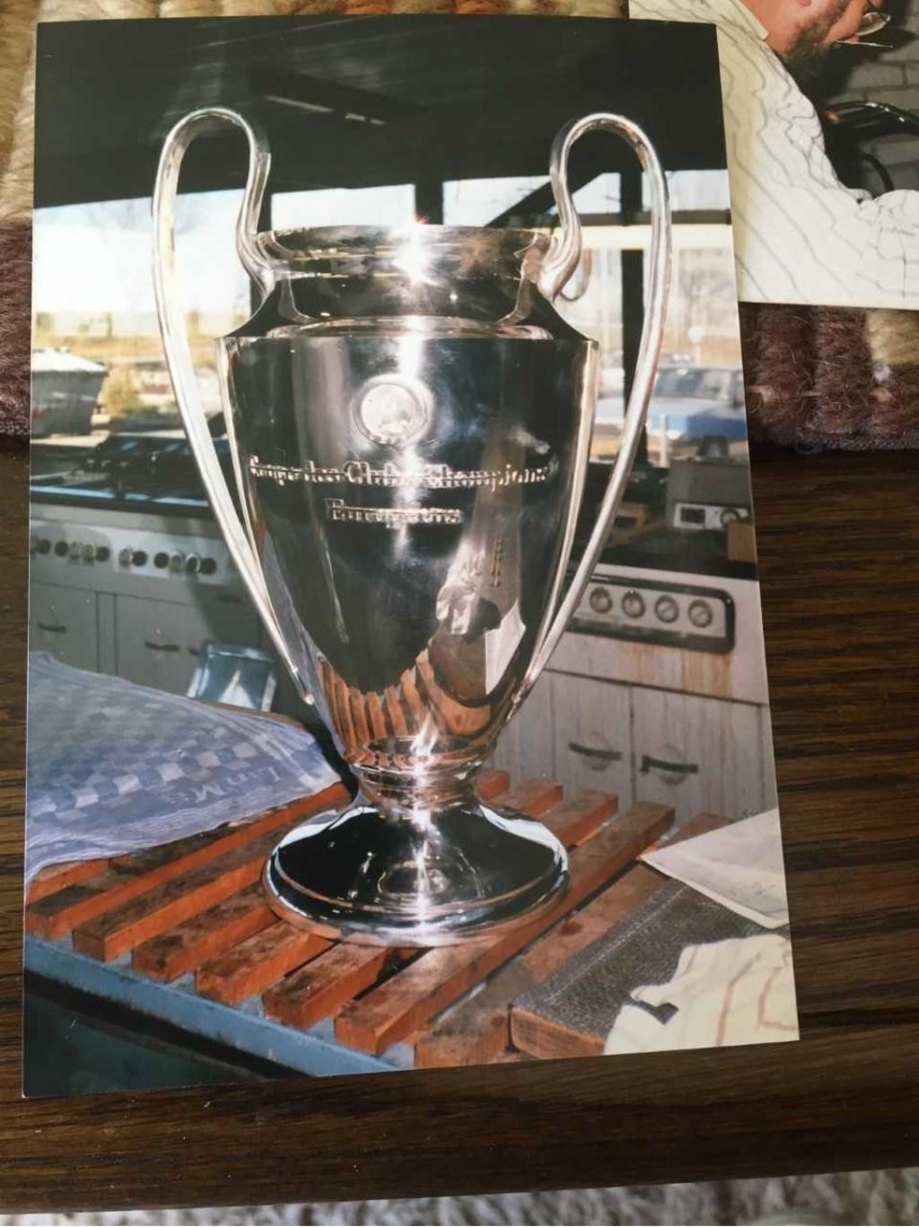 De Europa cup, glimt als een spiegel nadat Piet van der Linden hem 'onderhanden' heeft genomen.  © VSK