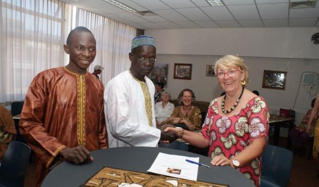 Afgelopen april brachten Adama  Sissokko (midden) samen met Hamala Coulibaly nog een bezoek aan Voorschoten. Voorzitter Conny van der Krogt (r) is geschokt. Foto: VSK