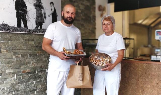 Bogdan Pancu is gestart met zijn bakkerij 'De Pretzel Molen' aan de Schoolstraat 97. Moeder Tasia staat haar zoon de eerste maanden bij. Foto: PR
