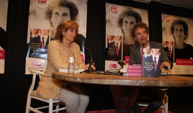 Martje van der Brug wordt bij de presentatie van 'Zo doen wij dat hier' geinterviewd door Volkskrant journalist Jean-Pierre van Geelen,.